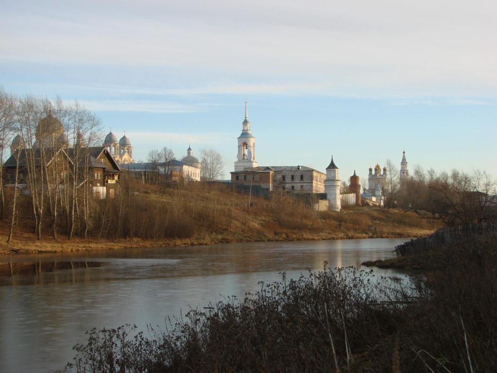 Свято-Николаевский монастырь и «Царский» домик с берега Калачинского пруда