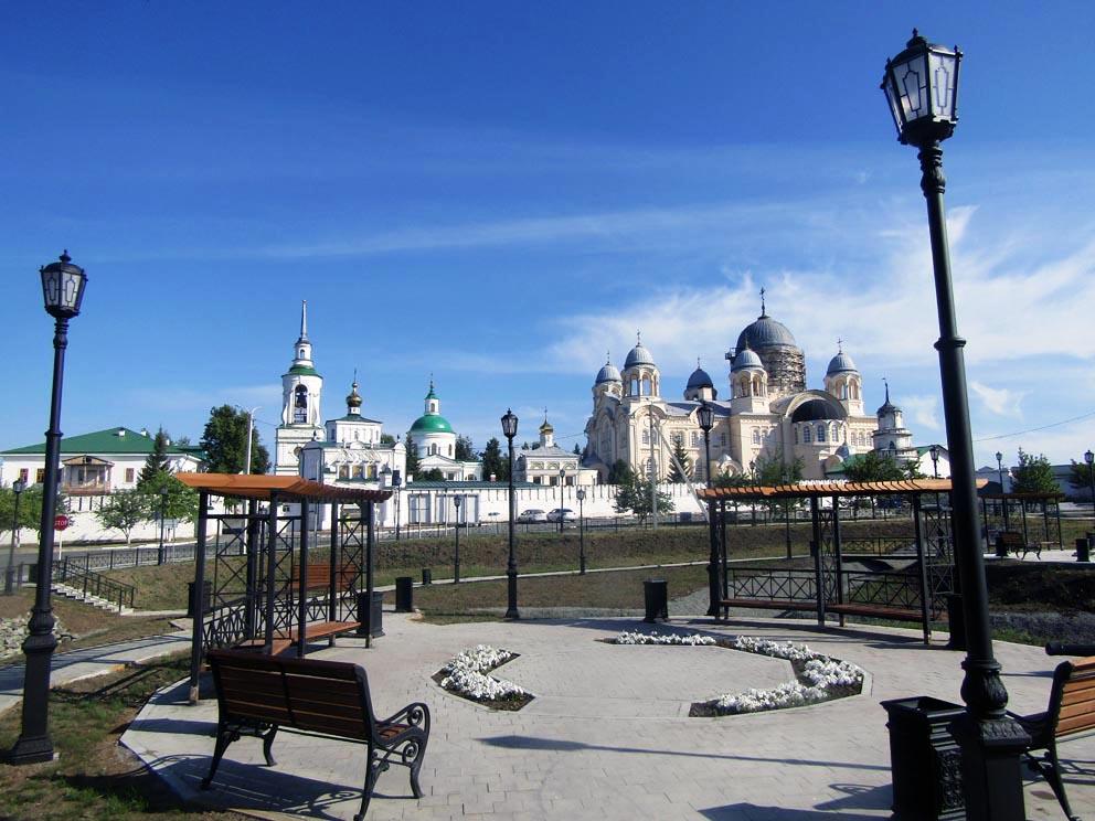 Вид на Свято-Николаевский монастырь с обновленной центральной площади Верхотурья