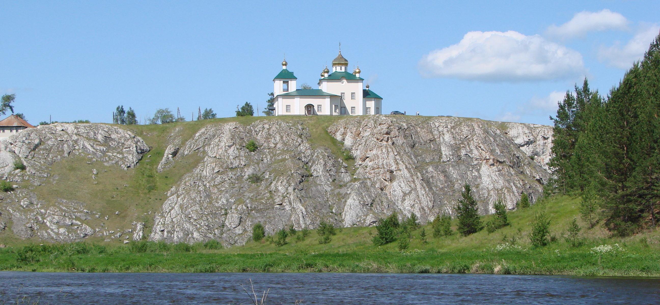 Церковный камень в Арамашево с Казанским храмом на вершине