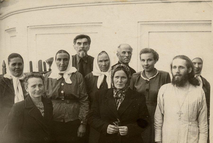 Община Екатерининской церкви в Алапаевске во главе с настоятелем отцом Павлом (служил в храме с 1953 по 1957 годы)