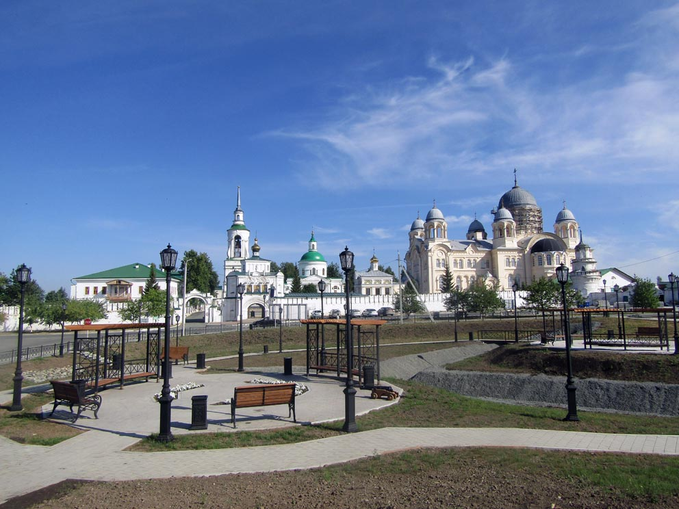 Верхотурский Свято-Николаевский мужской монастырь с центральной площади Верхотурья. Фото Алексея Рычкова