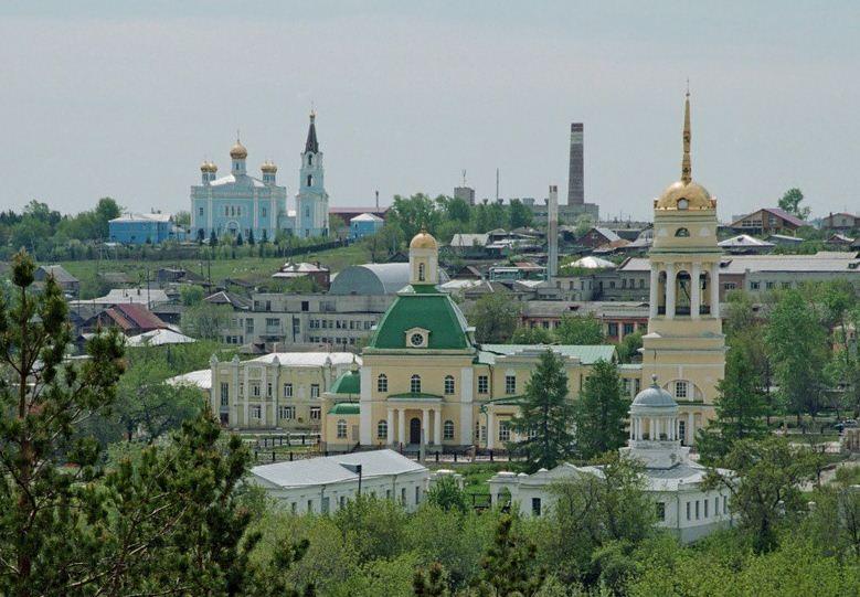 На первом плане Свято-Троицкий собор, вдали - Покровская церковь