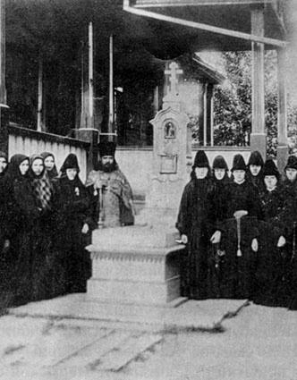 Сестры Бобровского монастыря у могилы старца Адриана в Кыртомском монастыре