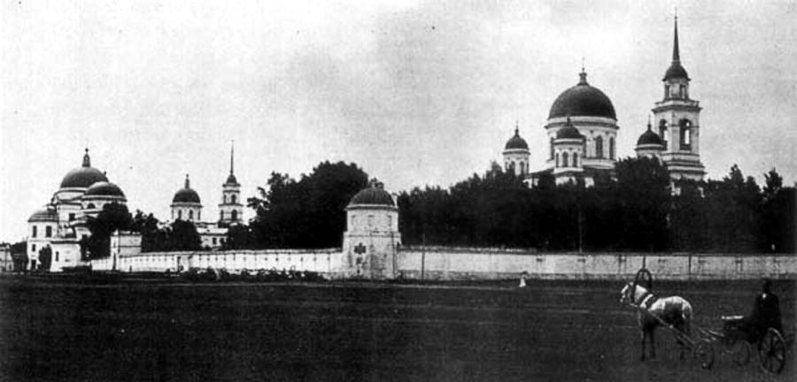 Общий вид на Новотихвинский монастырь в начале XX века