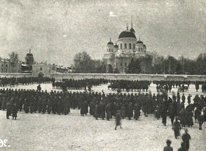 У Новотихвинского монастыря во время гражданской войны