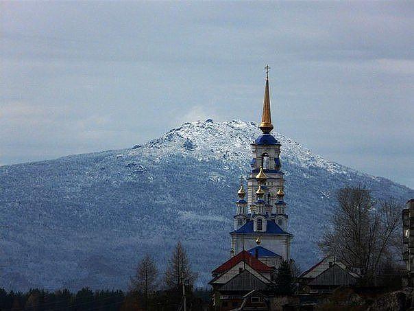 Храм Петра и Павла в Североуральске на фоне гор