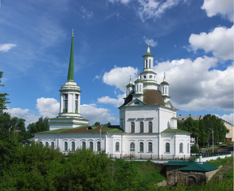 Свято-Троицкий собор и склеп (справа) в Алапаевске в наши дни
