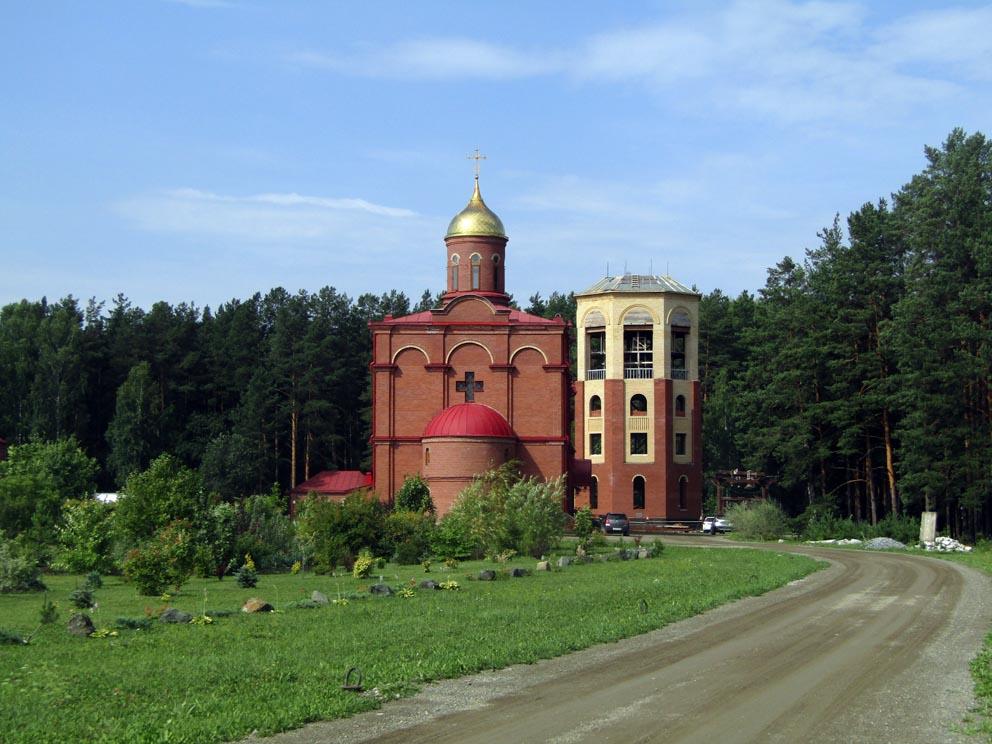 Храм Новомучеников Российских и строящаяся звонница