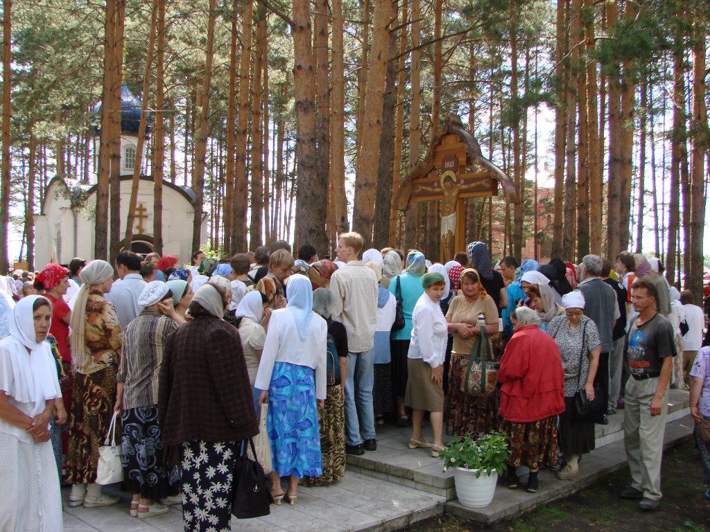 Паломники у Поклонного креста перед старой шахтой
