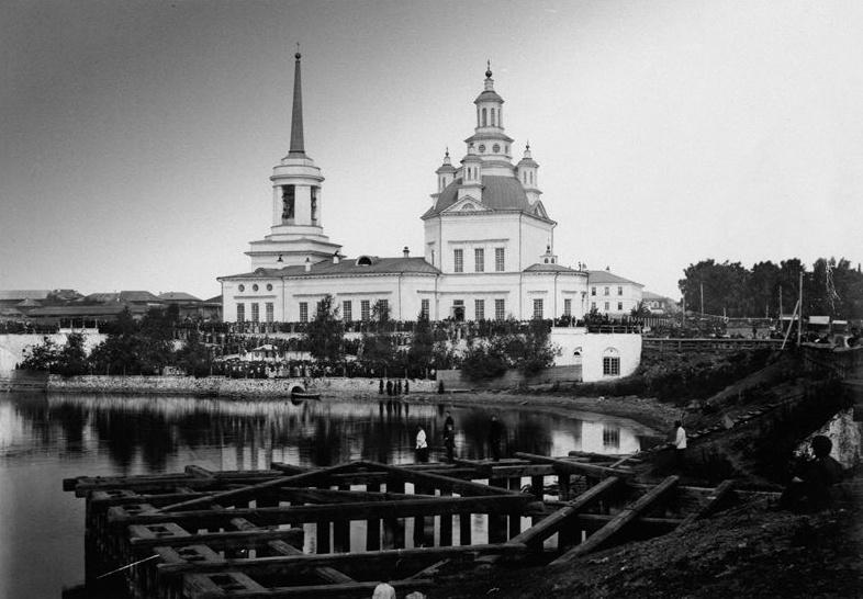 Троицкий собор (до 1912 года Алексеевская церковь) в начале XX века. Склеп — справа на берегу пруда