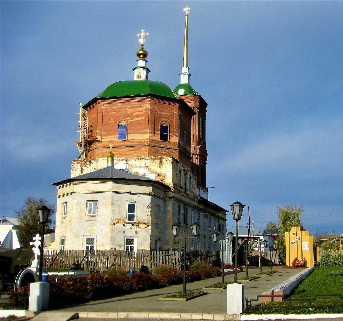 Свято-Троицкий собор сегодня и крест на месте, где были обретены мощи красноуфимских священномучеников