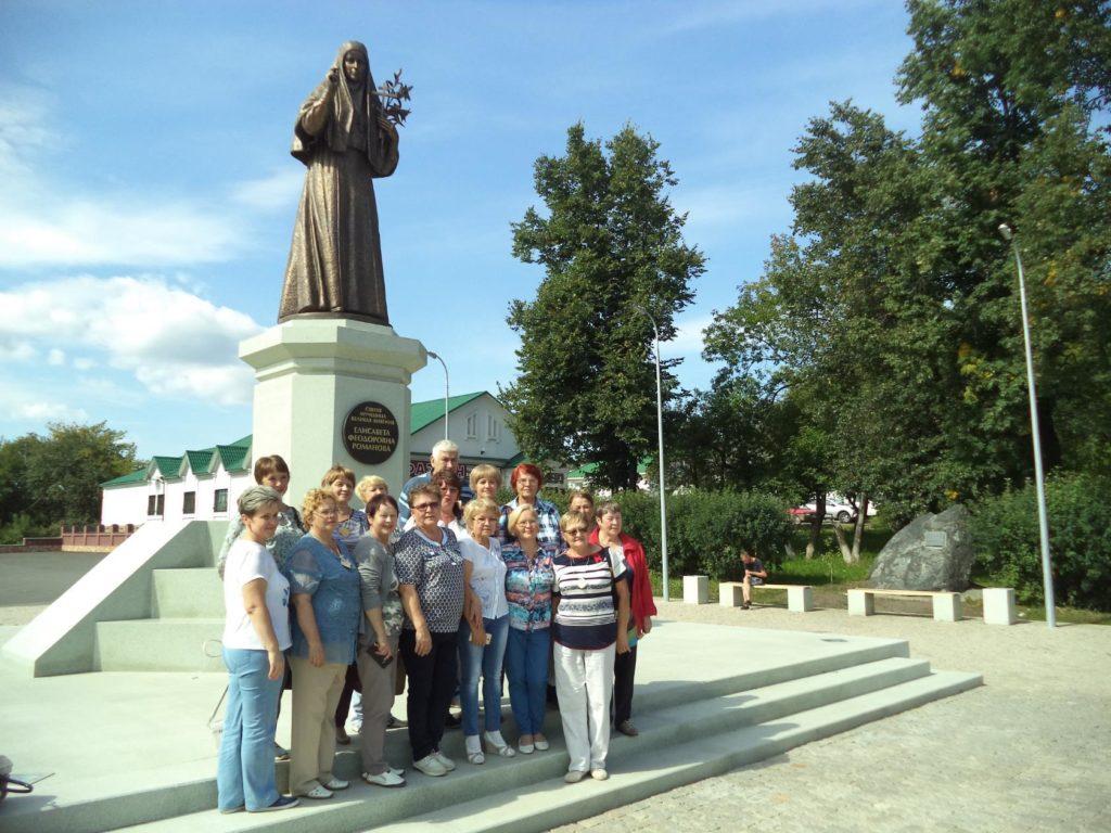 У памятника Великой княгине Елизавете Федоровне в Алапаевске