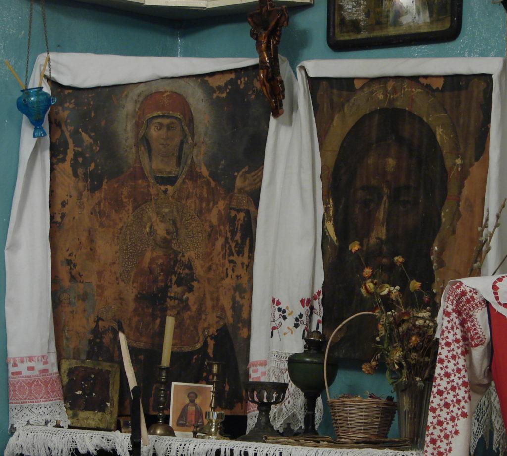 """Слева """"явленая"""" в 1972 году икона Божией Матери"""