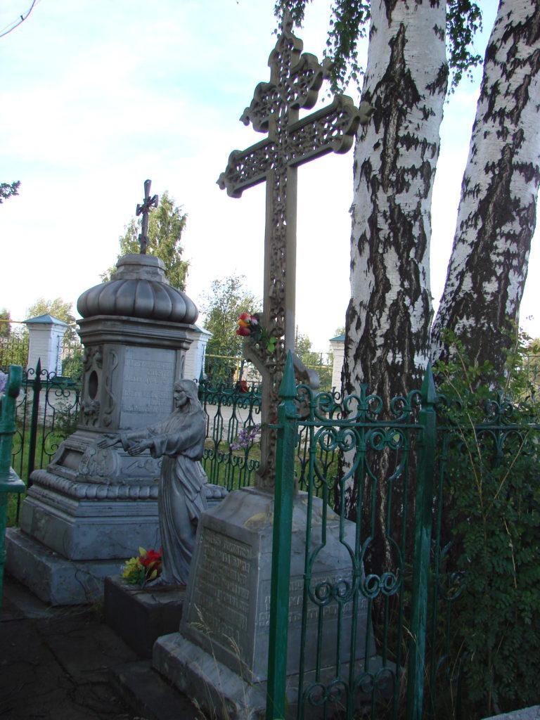 У могилы М. Ф. Ушкова