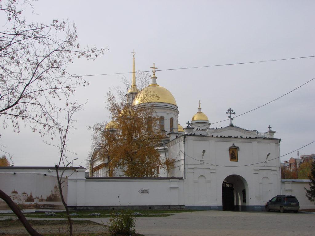 Монастырские ворота и собор Александра Невского