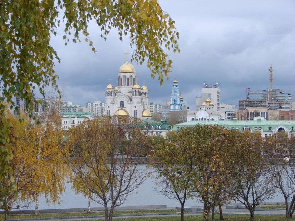 Храм на Крови, за ним Вознесенская церковь