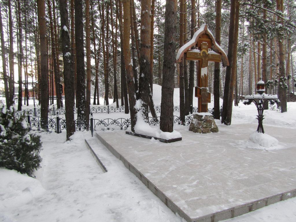 У Поклонного креста перед шахтой зимой
