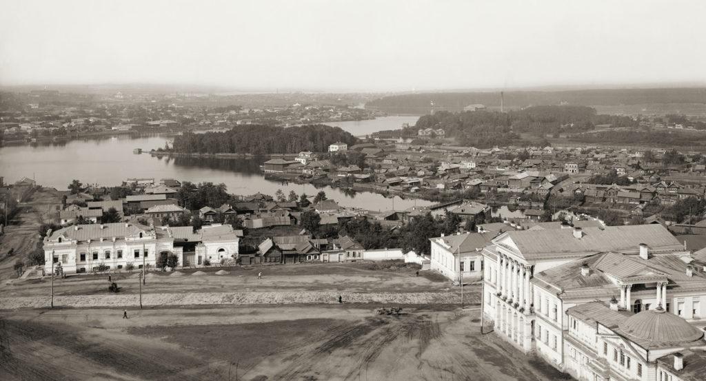 Вид на Ипатьевский дом с колокольни