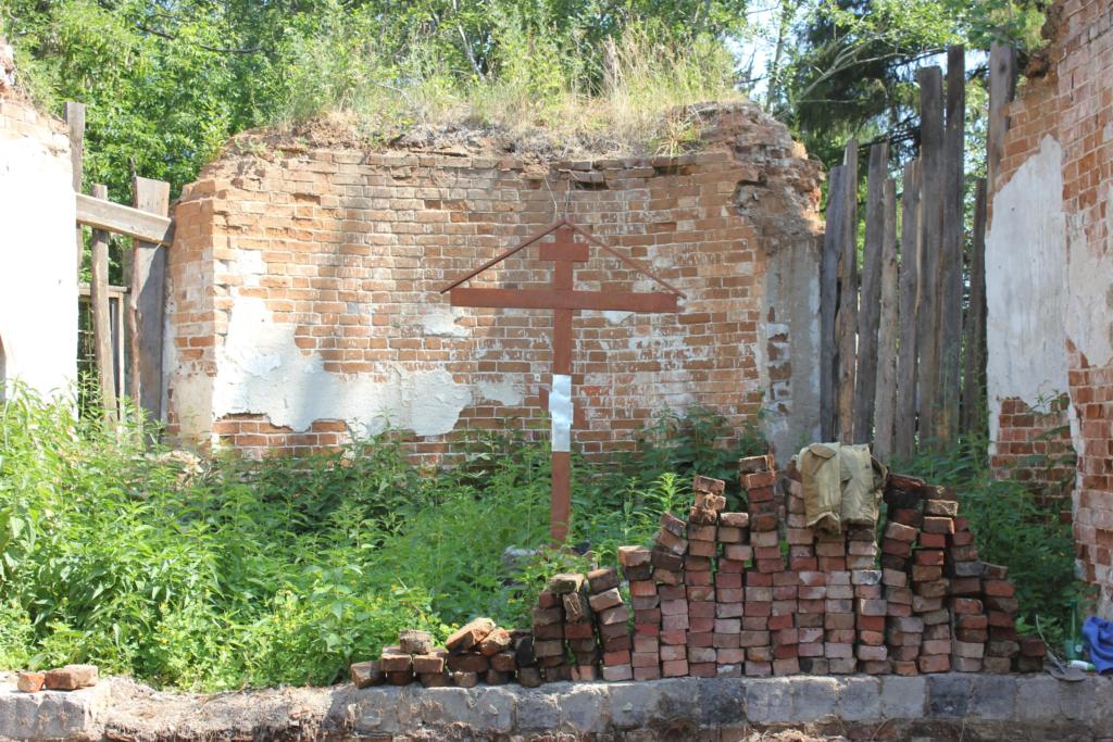 Поклонный крест на месте руин Введенского храма