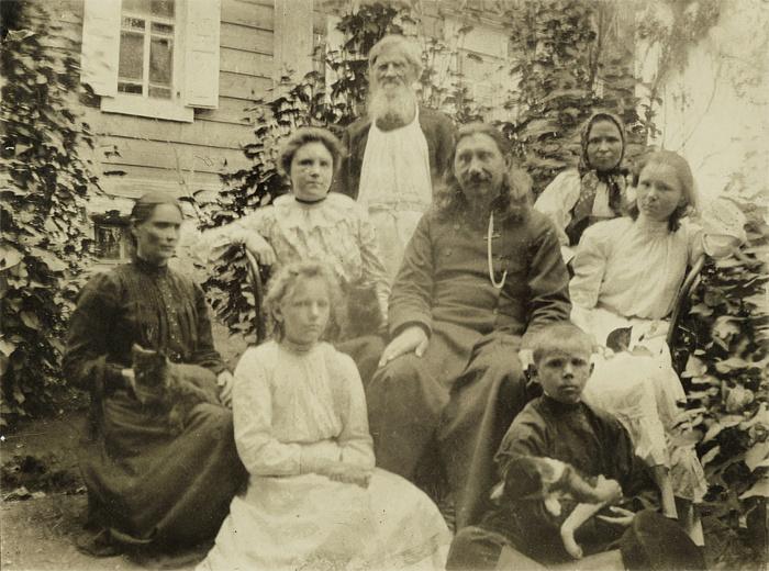 Священник Покровского храма Платон Горных в кругу семьи