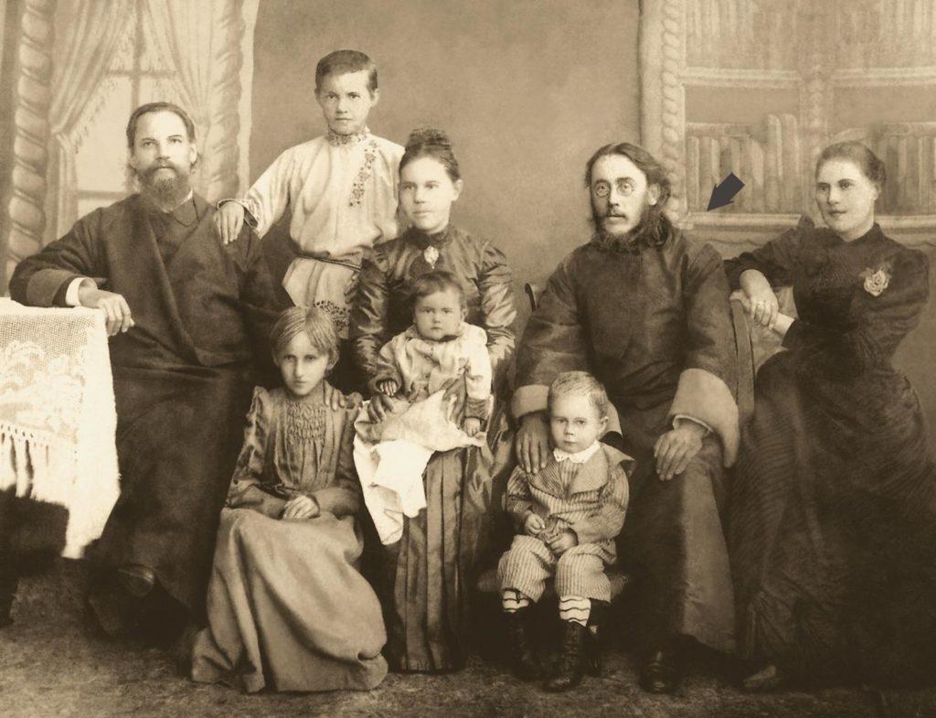 Иоанн Шишов (в центре) с родными и близкими ему людьми