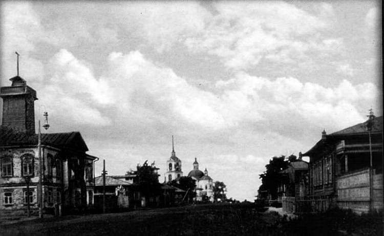 Туринск. На дальнем плане Сретенская церковь