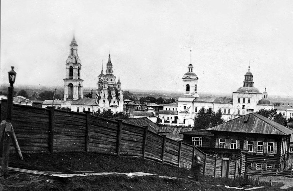 Слева на фото Покровский храм, справа - Крестовоздвиженский собор