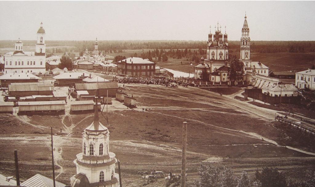 Панорама на центральную цасть Верхотурья в начале XX века. Слева - Воскресенская церковь