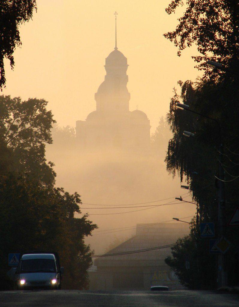 Храм Иоанна Предтечи с главной улицы города в утреннем тумане
