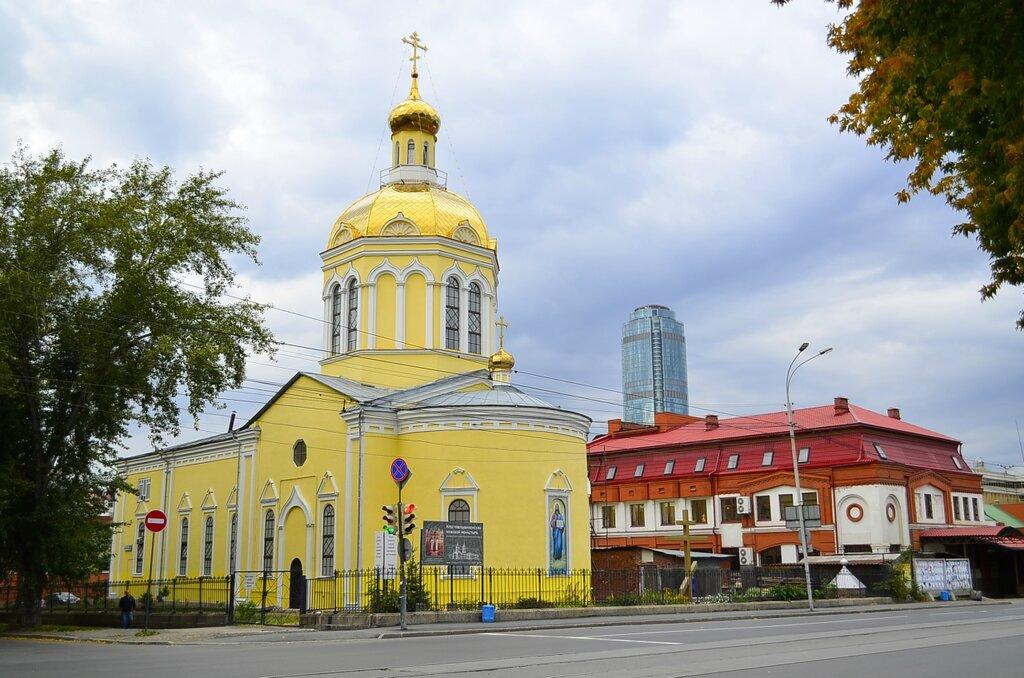 У Крестовоздвиженского монастыря в Екатеринбурге