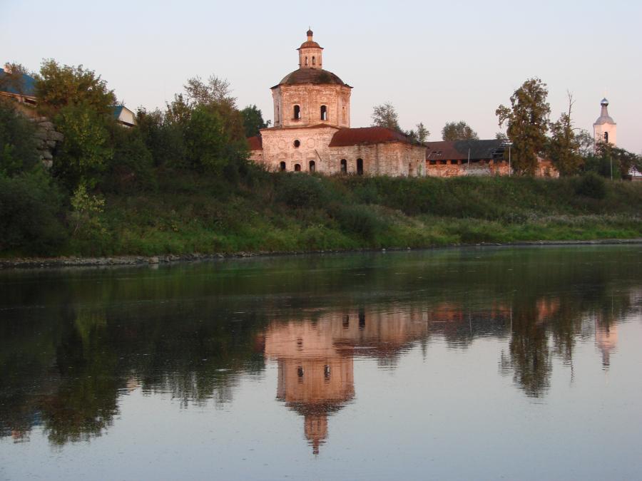 Вид на Покровские храмы на закате солнца