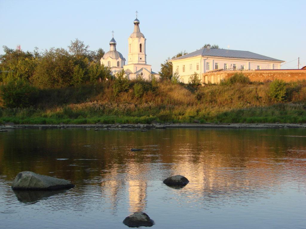 Покровский женский монастырь в Верхотурье со стороны Туры