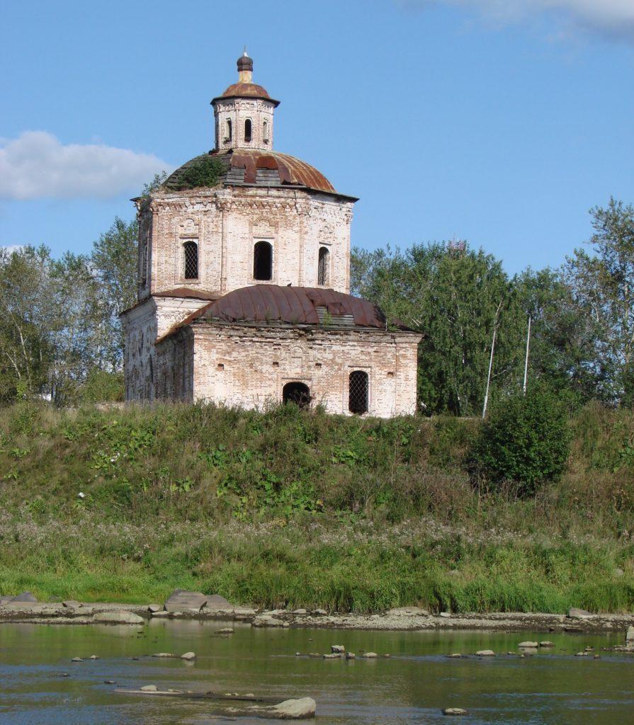 Старый Покровский храм со стороны Туры