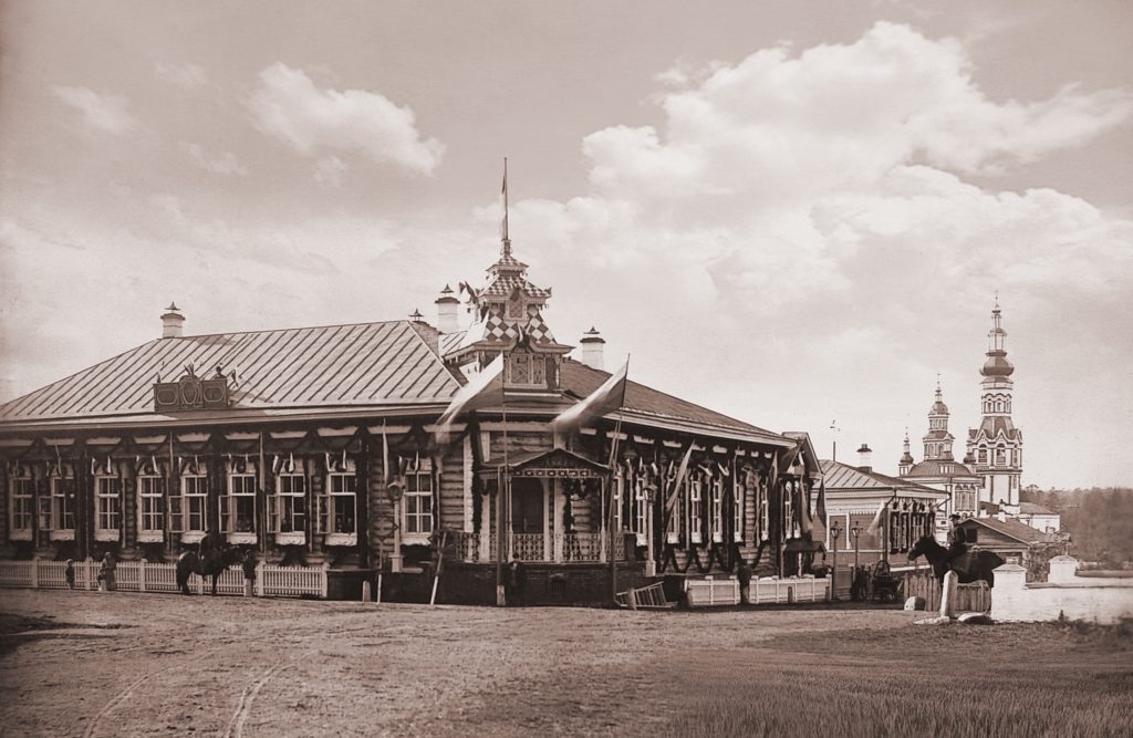 Справа храмы старого Покровского монастыря в Верхотурье, дореволюционное фото