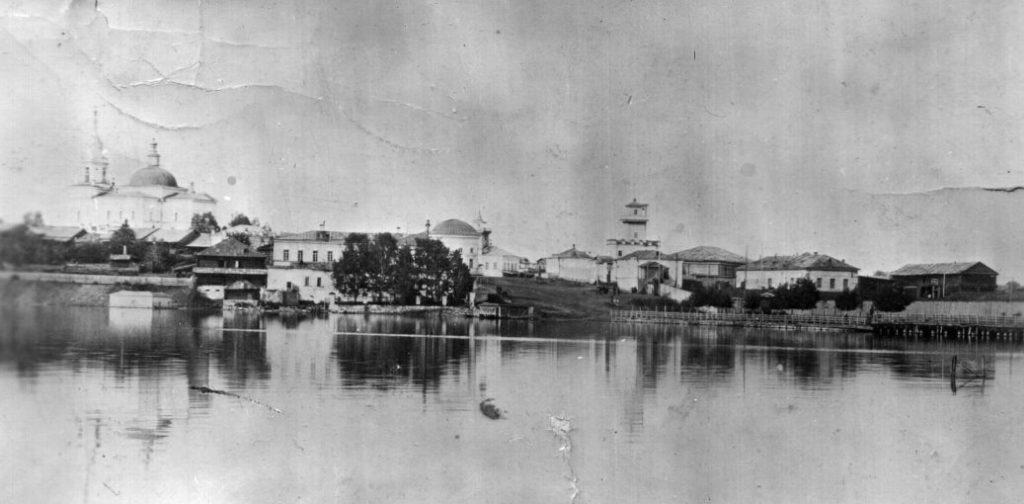 Исторический вид на левобережье Режевского пруда, в центре - Господский дом