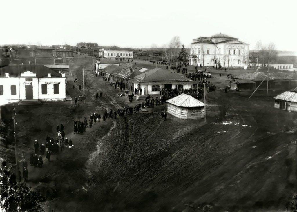 Режевские торговые ряды в советские годы. Справа - здание закрытого Богоявленского храма