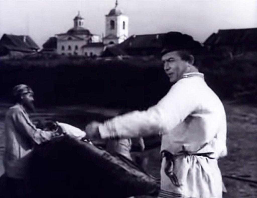 """Сюжет из фильма """"Угрюм-река"""" с храмом Георгия Победоносца на заднем плане"""