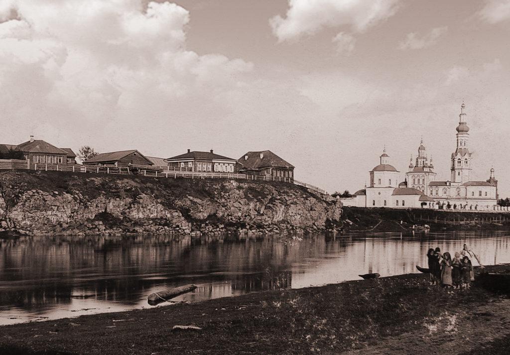 Первый справа - Старо-Покровский храм