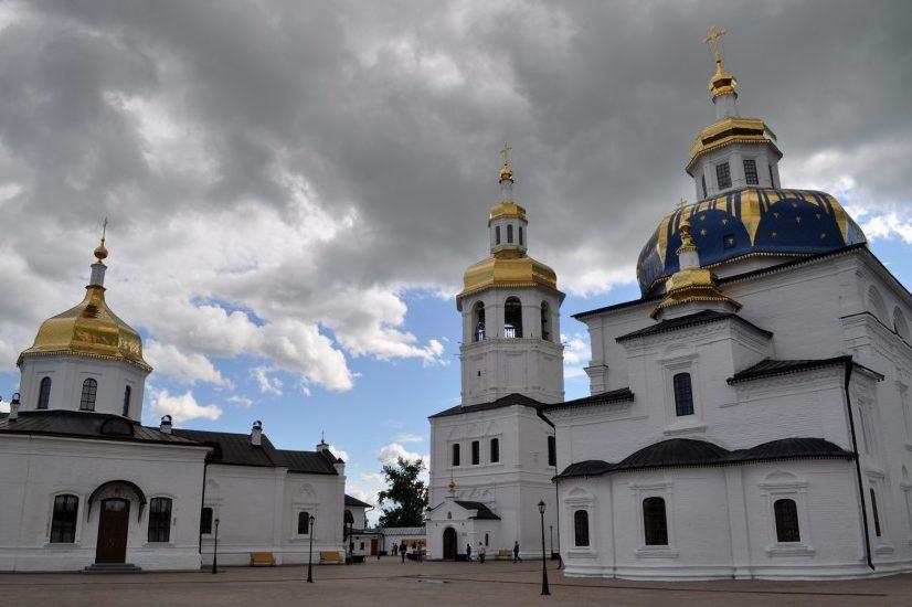 Слева направо: Николаевский храм, церковь Марии Египетской, Знаменский храм