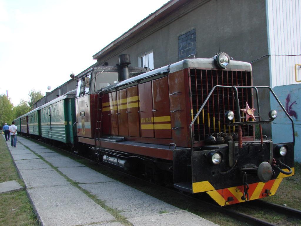 На вокзале Алапаевской узкоколейной железной дороги. Идет посадка пассажиров