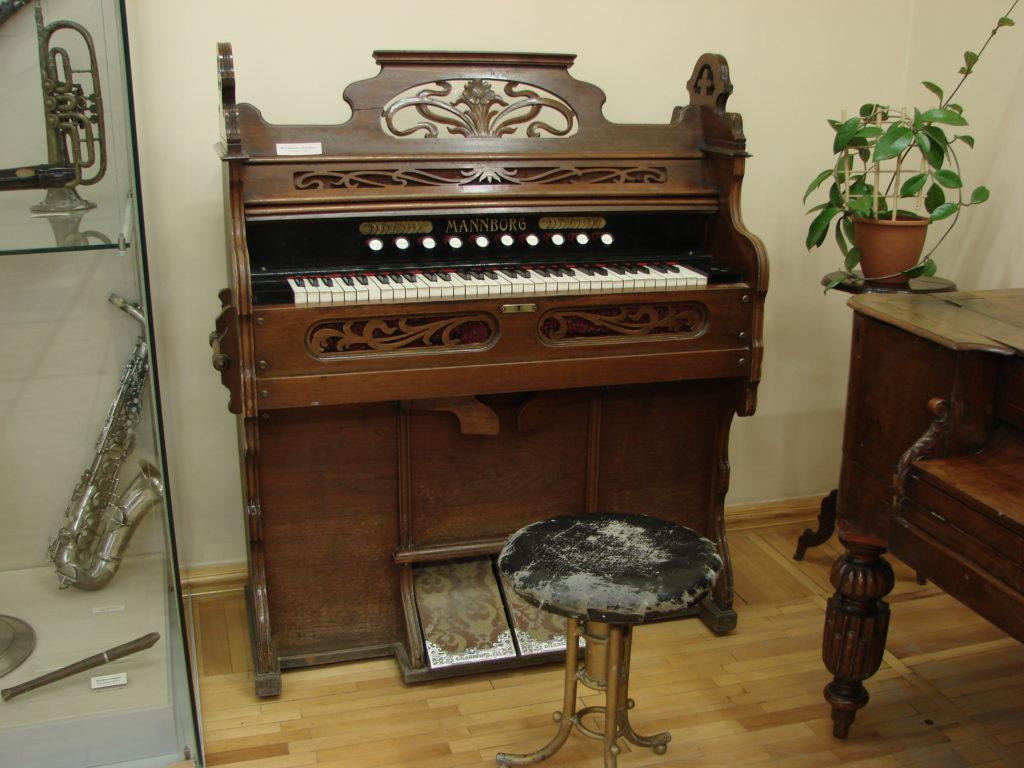 Из коллекции музыкальных инструментов Дома-музея П. И. Чайковского