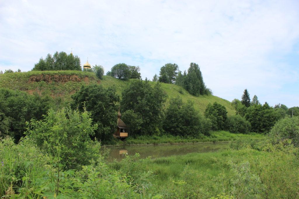 Монастырь на горе, на берегу реки - часовенка над святым источником