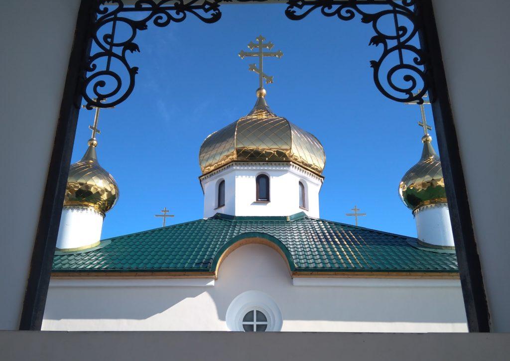 Вид с колокольни на купола Казанской церкви