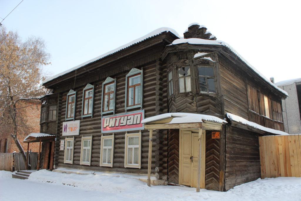 Жилой деревянный дом с прирубными крыльцами дореволюционной постройки
