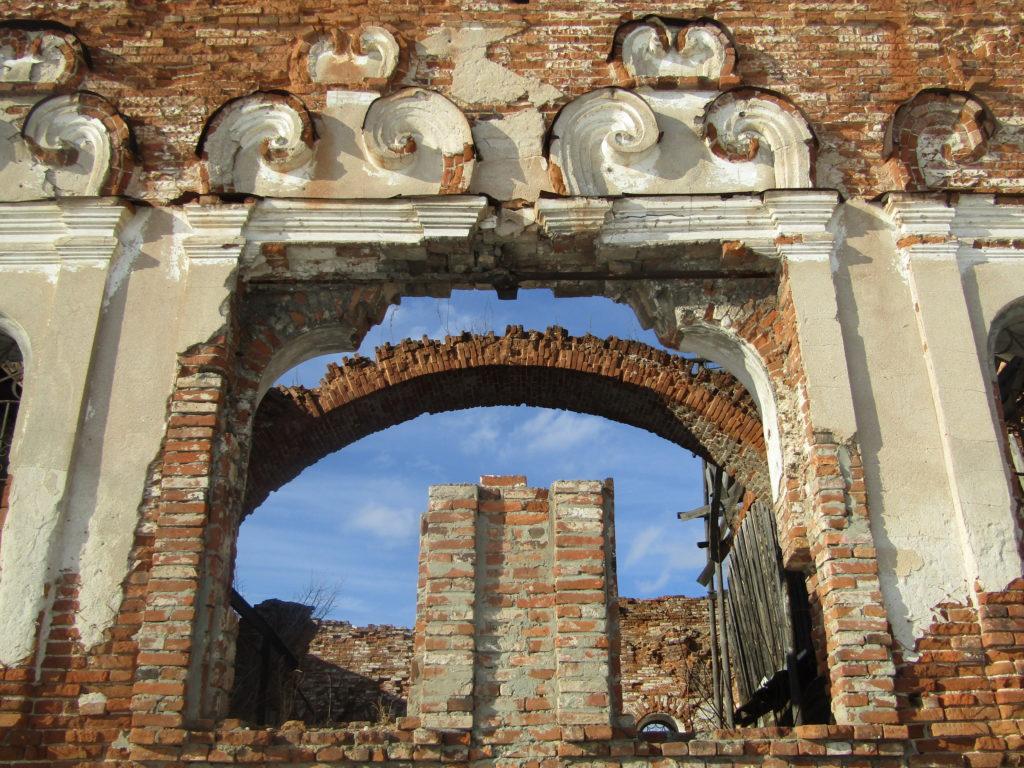 Барочный декор на стенах Николаевского храма в Шогринском