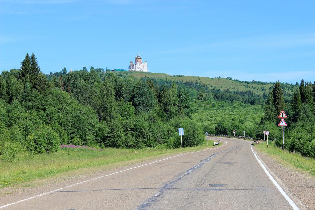 Белогорский Свято-Николаевский монастырь: вид на Белую гору с дороги