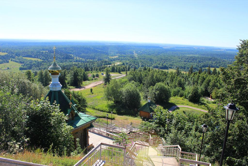 Надкладезная часовня Николая Чудотворца, на дальнем плане – купель