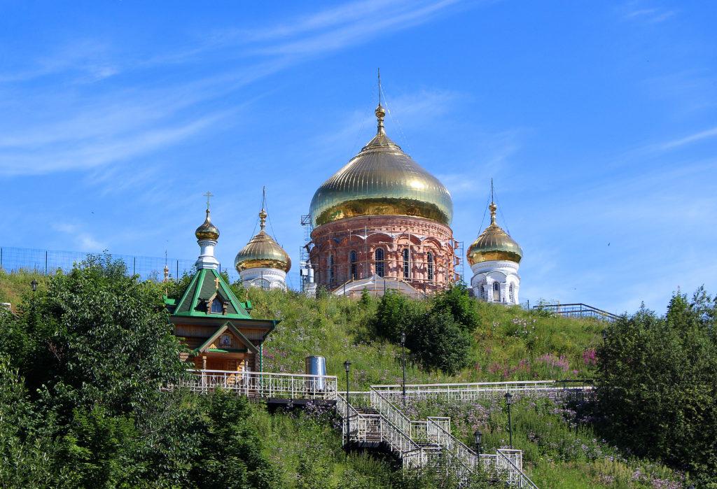 Вид на надкладезную часовню Николая Чудотворца и купола Крестовоздвиженского собора