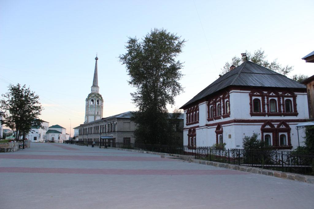 Справа - дом воеводы (редчайший памятник гражданской архитектуры XVII века), в центре - соборная колокольня, слева - Воскресенская церковь