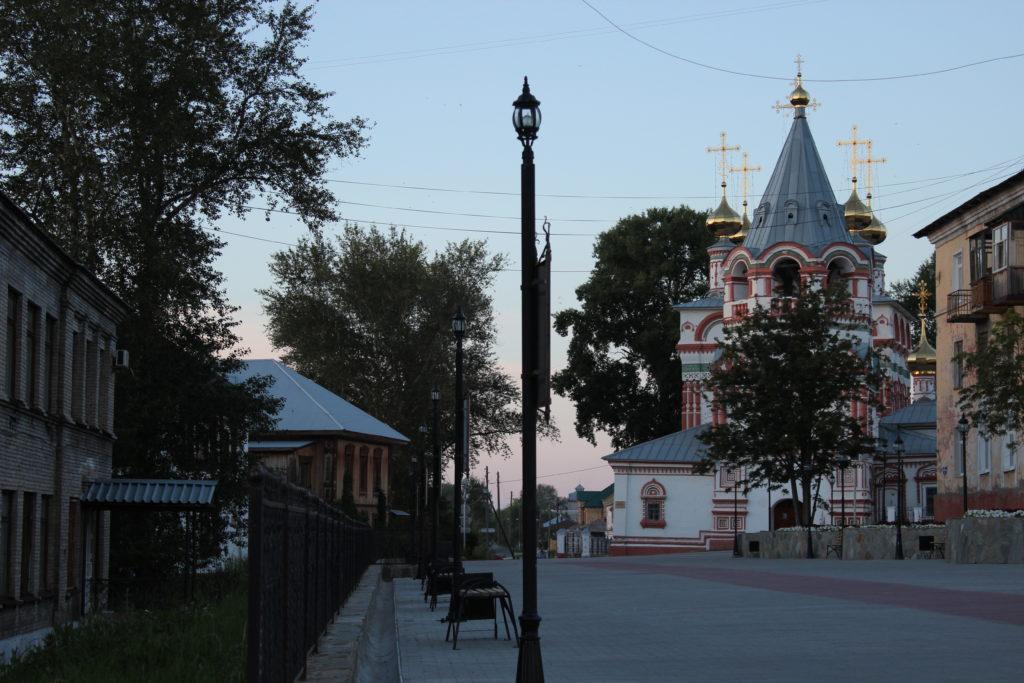 Вид на Богоявленский храм в Соликамске с улицы